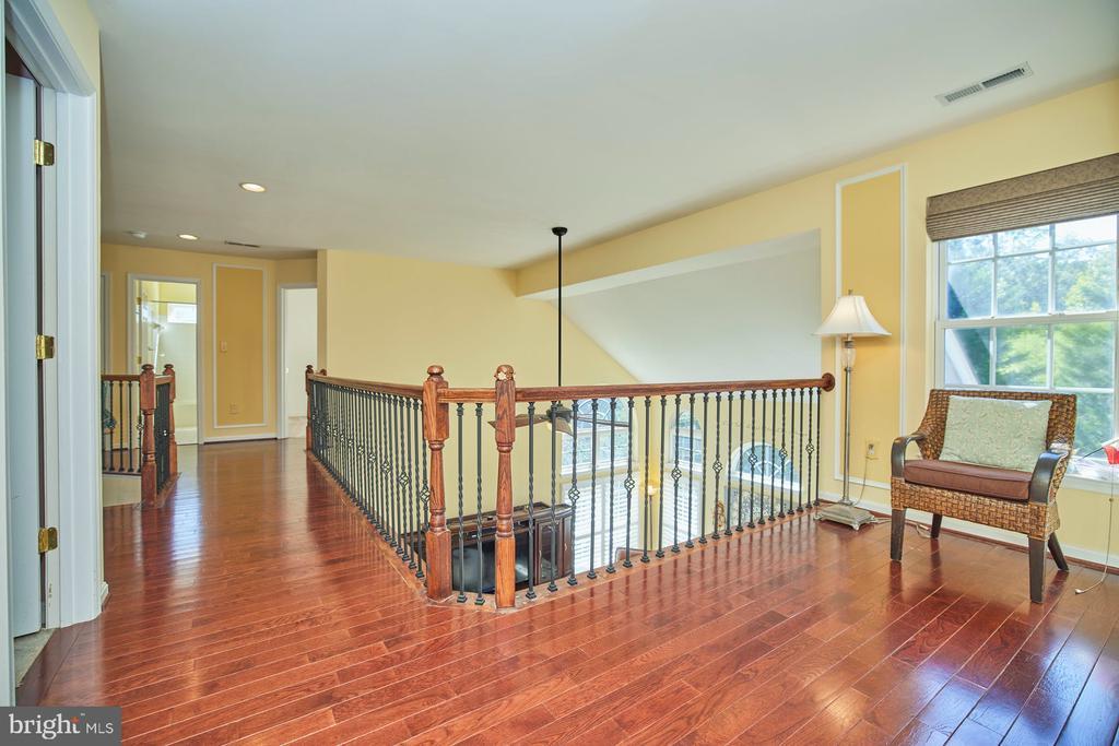 Upper Level Hallway Overlooking Family Room - 9032 PADDINGTON CT, BRISTOW