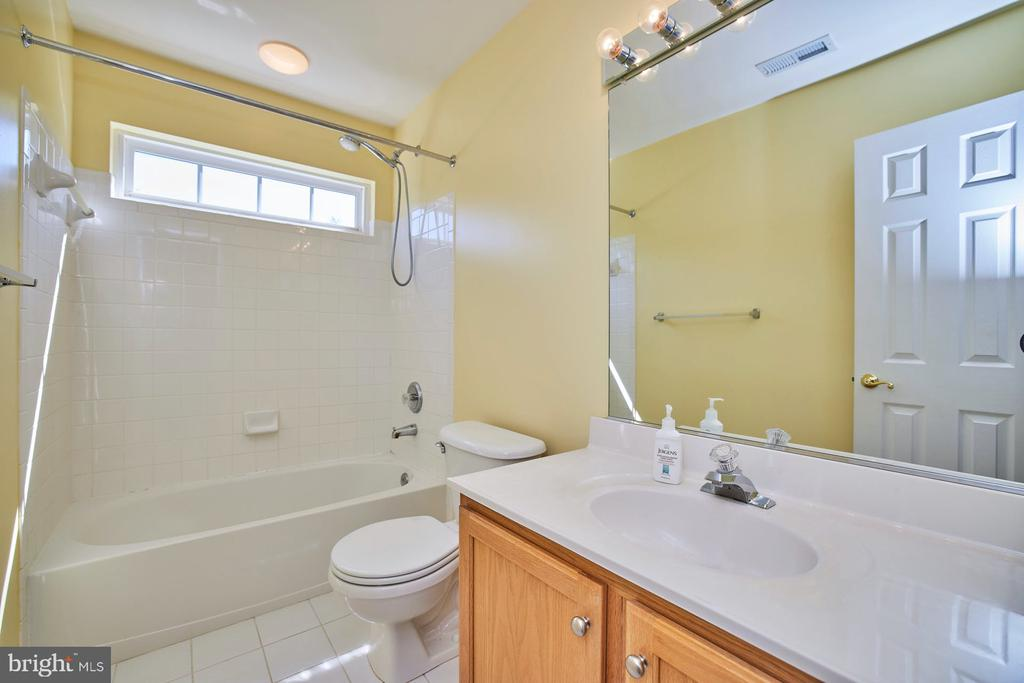 Hall Bathroom - 9032 PADDINGTON CT, BRISTOW