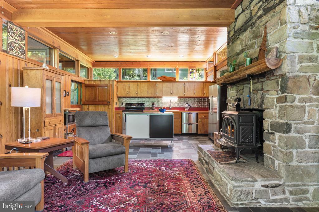 COZY GREAT ROOM ADJOINS KITCHEN - 19079 BLUERIDGE MOUNTAIN RD, BLUEMONT