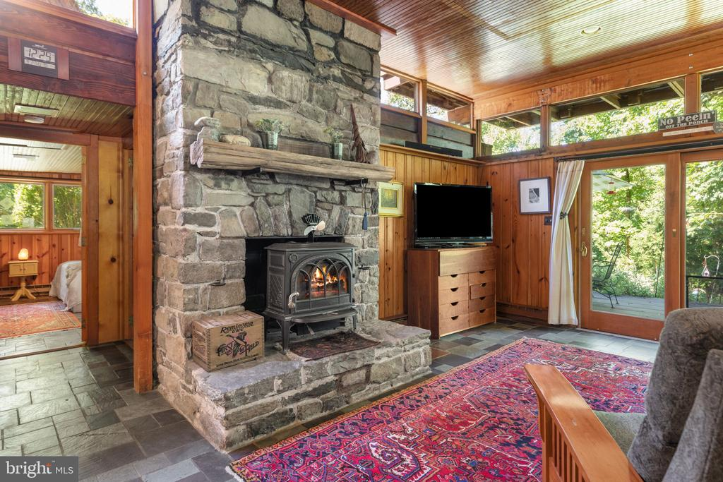 MAIN LEVEL LIVING OPENS TO THE PATIO - 19079 BLUERIDGE MOUNTAIN RD, BLUEMONT