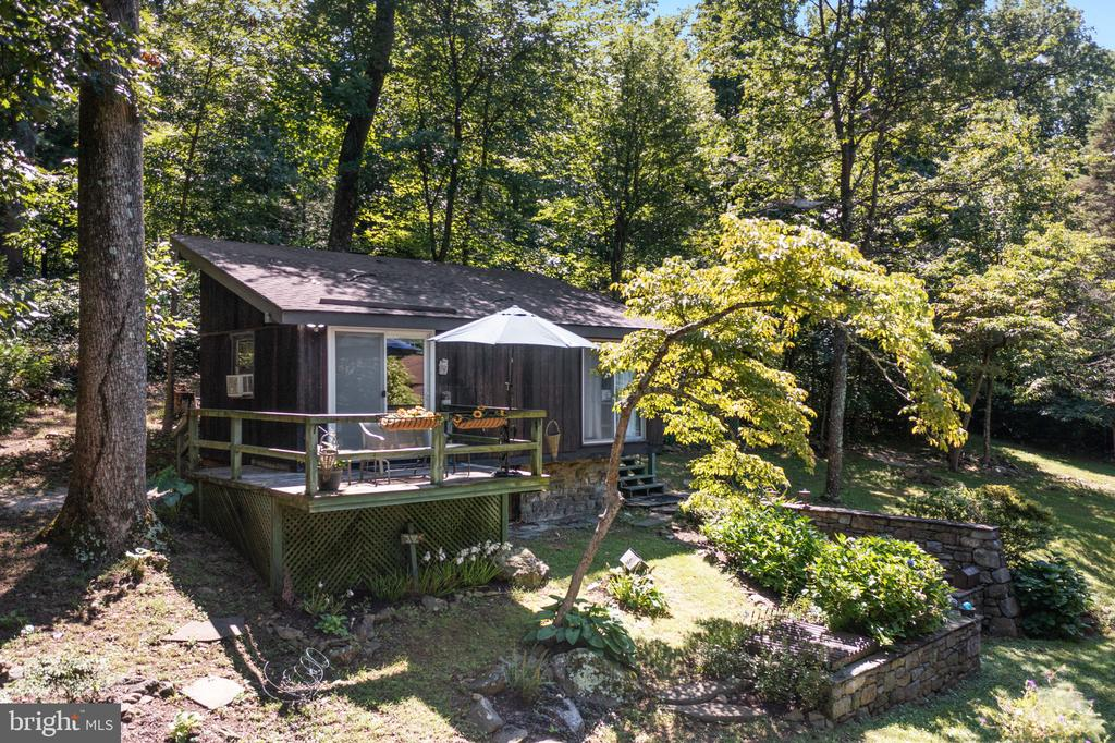 PRIVATE DECK FOR GUESTS OVERLOOKING THE ESTATE - 19079 BLUERIDGE MOUNTAIN RD, BLUEMONT