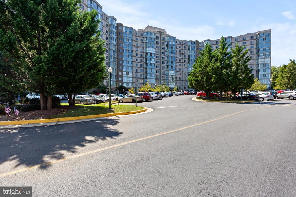 Lots and lots of parking for guests - 19375 CYPRESS RIDGE TER #711, LEESBURG