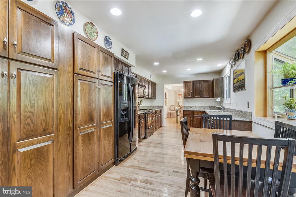 View of kitchen from breakfast area - 10722 CROSS SCHOOL RD, RESTON