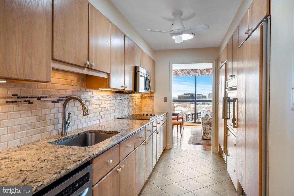 Upgraded kitchen - 1101 S ARLINGTON RIDGE RD #602, ARLINGTON