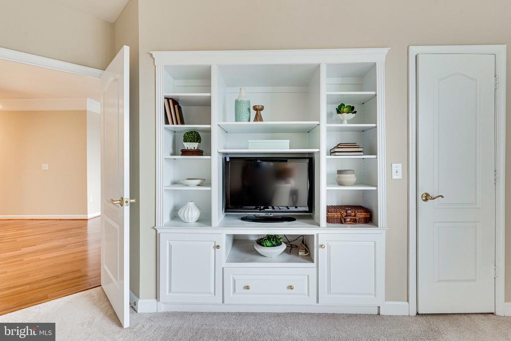 Custom designed built-in TV and bookcase nook - 901 N MONROE ST #1501, ARLINGTON