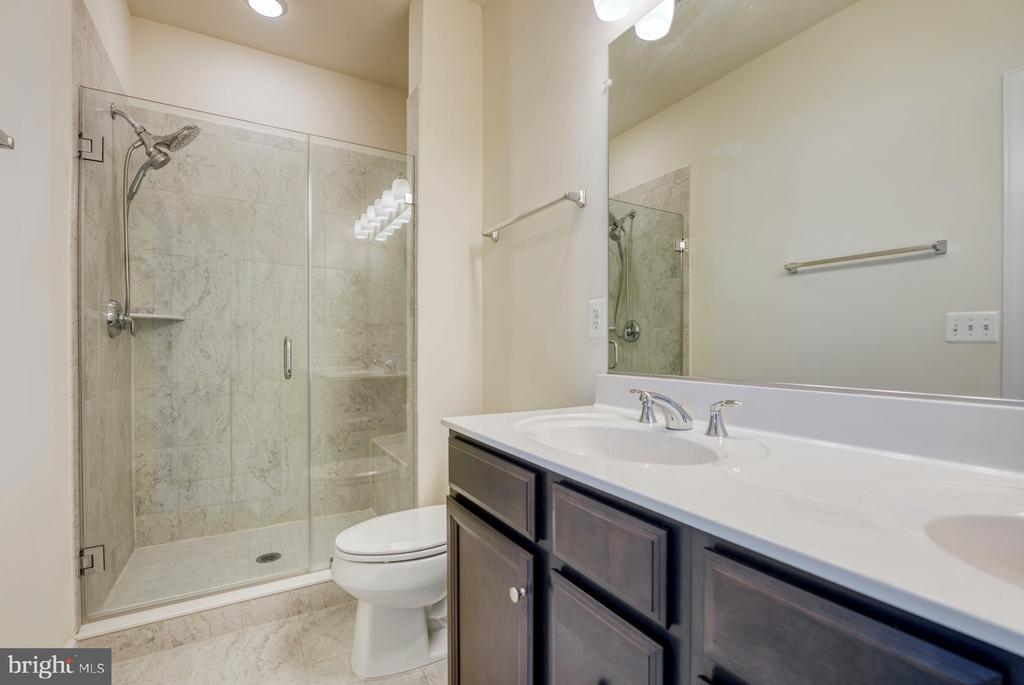 Frameless shower & dual vanity - 15281 CARTERSVILLE CT, HAYMARKET