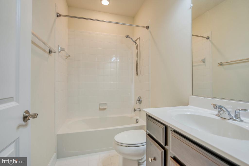hall bath - 15281 CARTERSVILLE CT, HAYMARKET