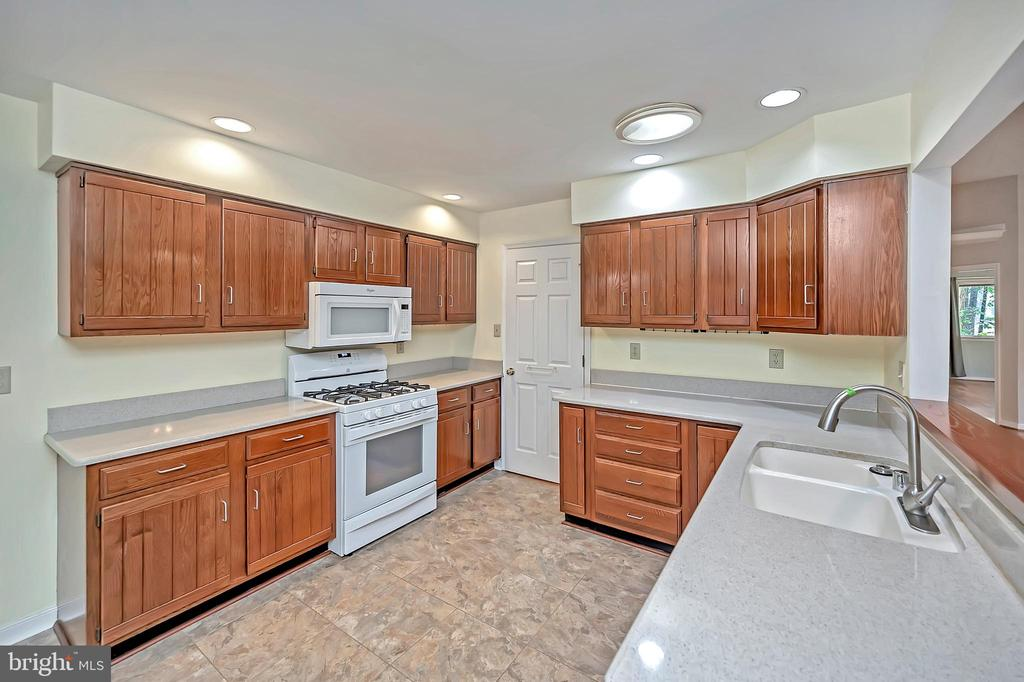 Delightful kitchen with upgraded countertops - 110 CUMBERLAND CIR, LOCUST GROVE