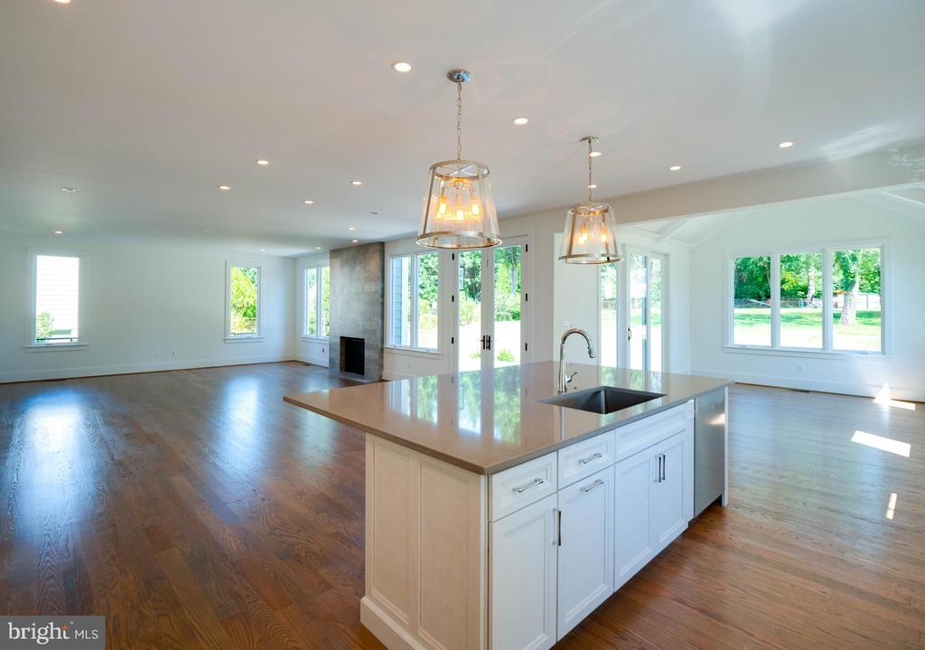 The family room beyond the kitchen...so nice - 635 FREDERICK ST SW, VIENNA