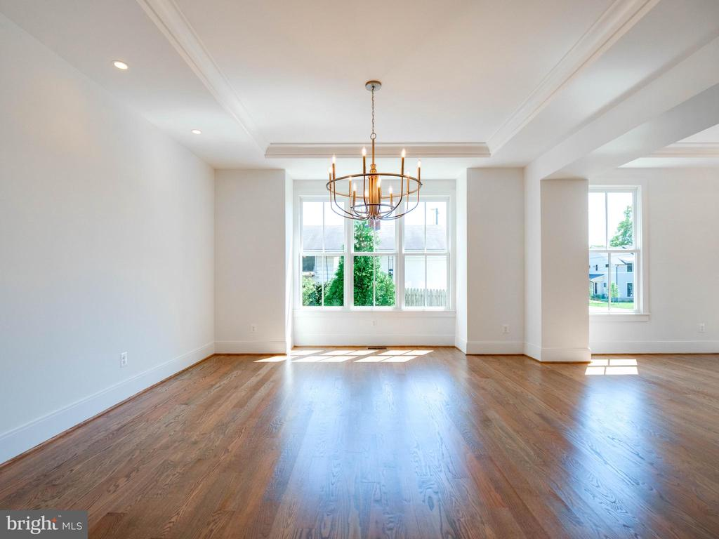 Tall ceilings and solid hardwood flooring - 635 FREDERICK ST SW, VIENNA
