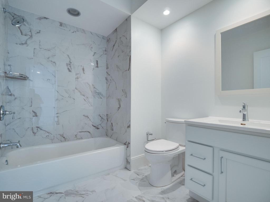 Lower level bathroom - 635 FREDERICK ST SW, VIENNA
