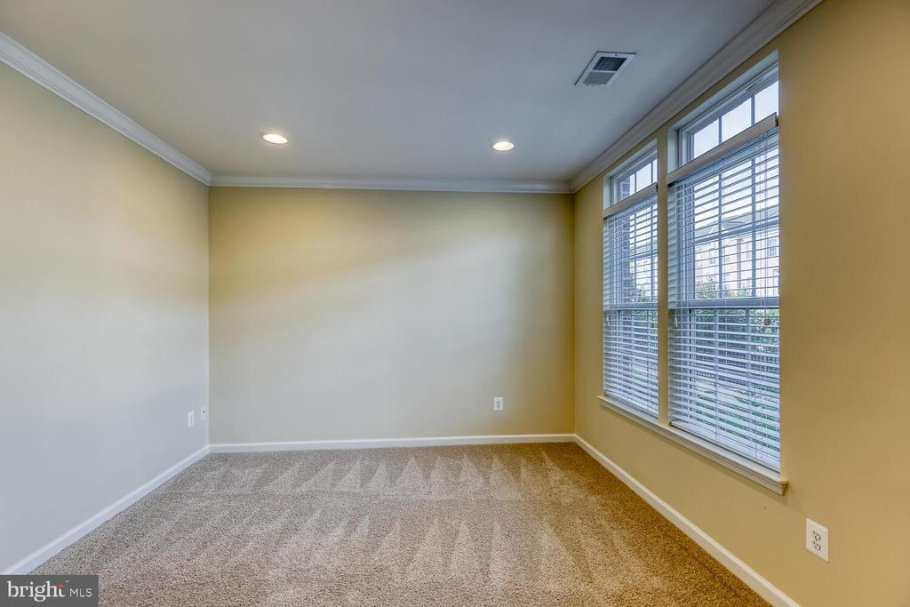 Den or office with crown molding - 2285 MERSEYSIDE DR, WOODBRIDGE