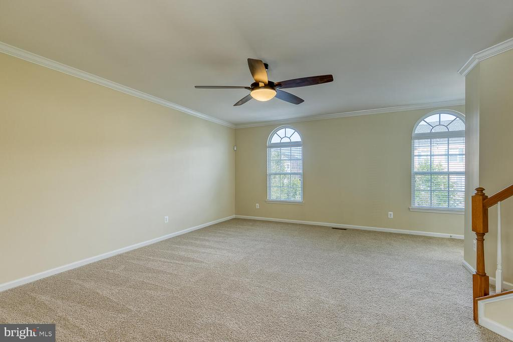 Beautiful arched windows in the family room - 2285 MERSEYSIDE DR, WOODBRIDGE