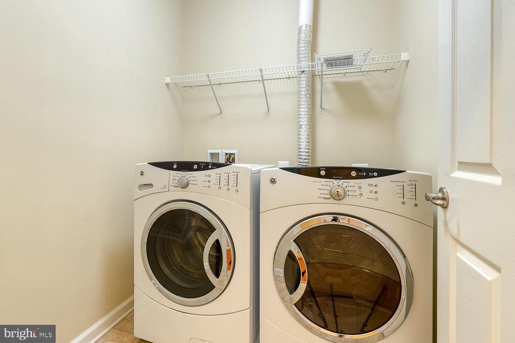 Large laundry room on lower level - 2285 MERSEYSIDE DR, WOODBRIDGE