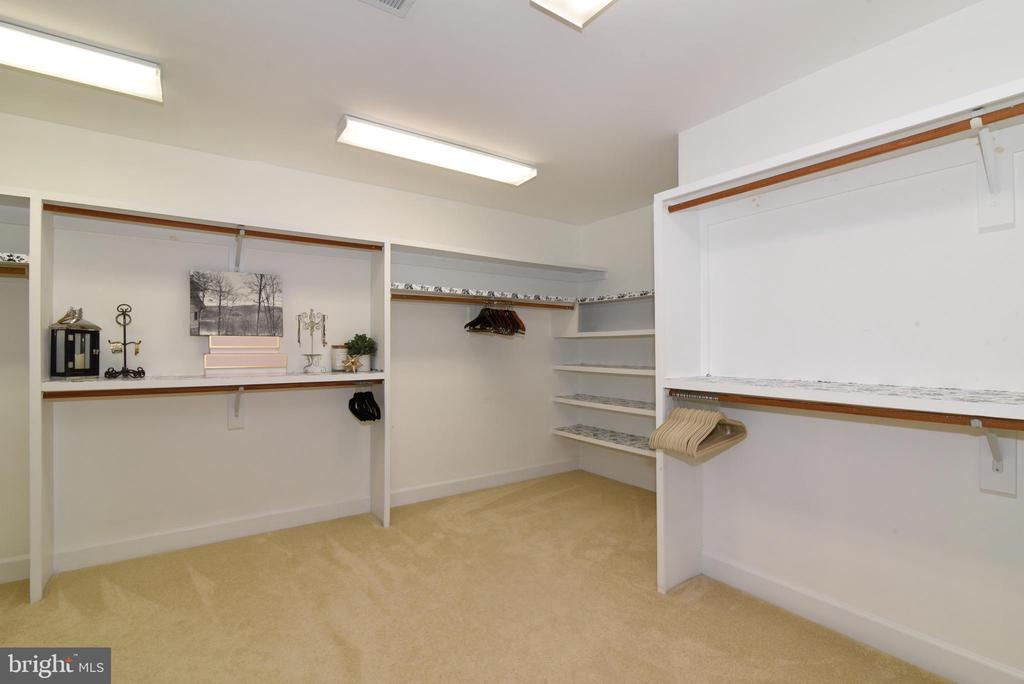 Oversized Primary walk-in closet - 21320 COMUS CT, ASHBURN