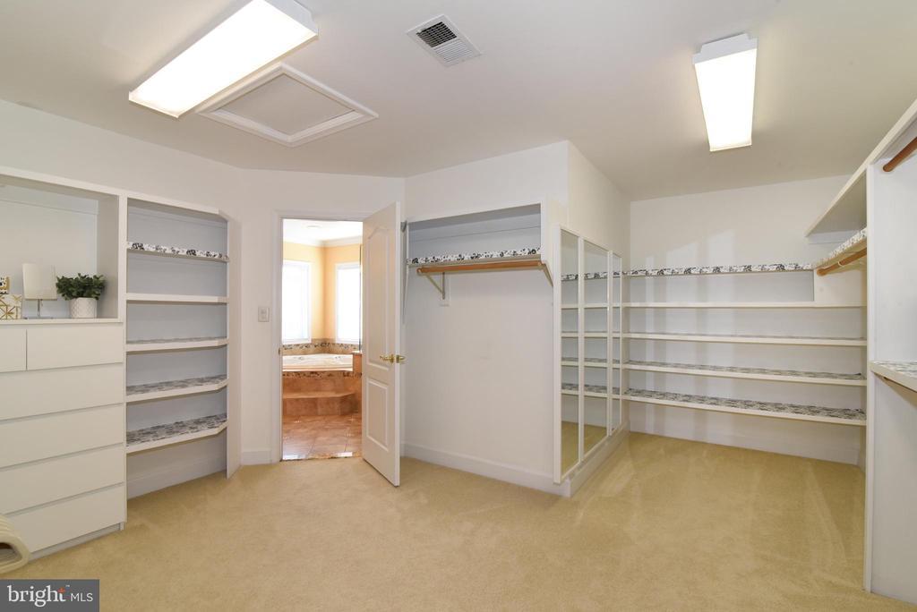 Oversized primary closet - 21320 COMUS CT, ASHBURN