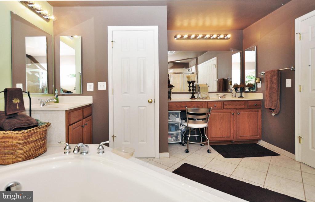 Separate shower & double vanities. - 15305 LIONS DEN RD, BURTONSVILLE