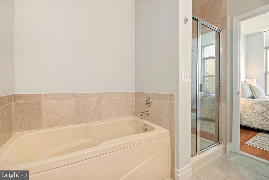 Tub & separate shower - 1205 N GARFIELD ST #408, ARLINGTON