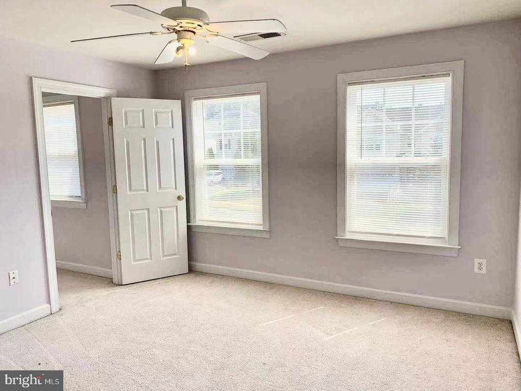 Second bedroom and walk-in closet with window - 18494 QUANTICO GATEWAY DR, TRIANGLE