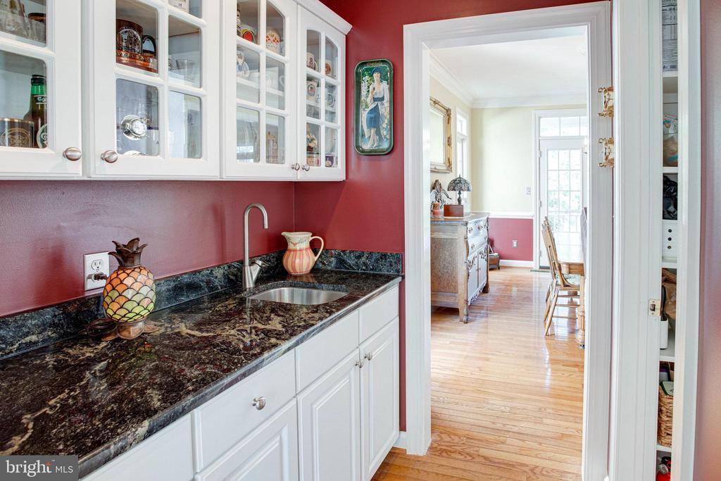 Butler's Pantry between Dining Room & Kitchen - 25891 MCKINZIE LN, CHANTILLY
