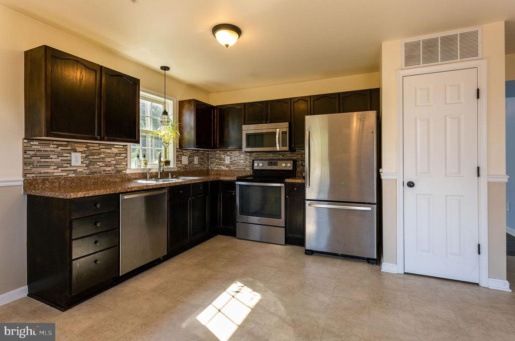Updated Kitchen w/ Pantry - 100 MOSER CIR, THURMONT
