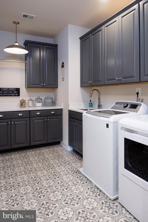 Opt. deluxe laundry room - 17711 AIRMONT RD, ROUND HILL