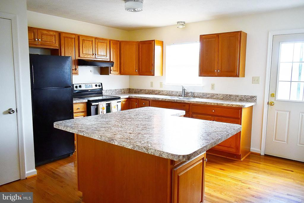 Updated kitchen with large Island - 107 PARKSIDE DR, WINCHESTER