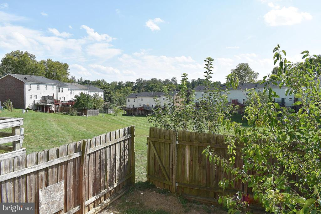 Fenced in backyard backs to open space - 107 PARKSIDE DR, WINCHESTER