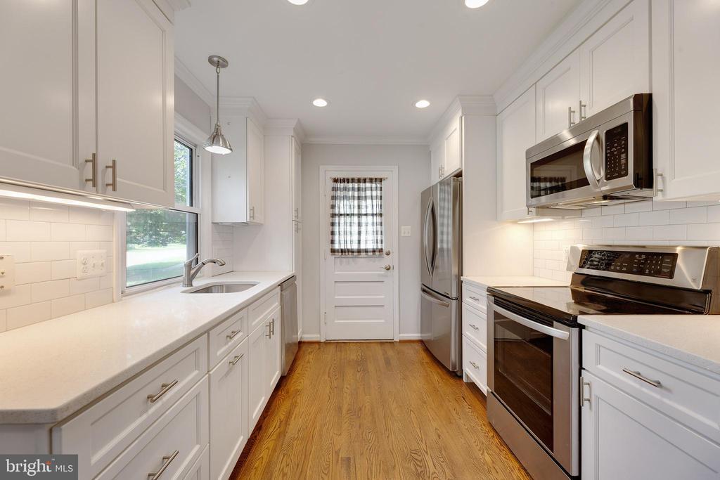 Kitchen with quartz counter - 4006 SPRUELL DR, KENSINGTON