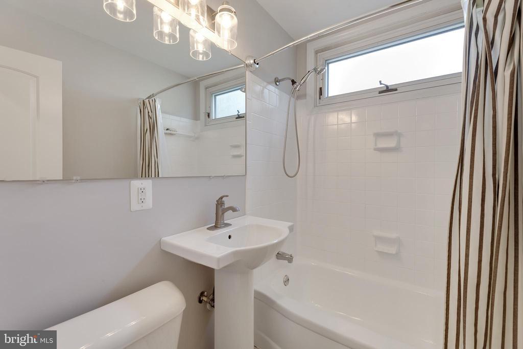 Main level hall bath - 4006 SPRUELL DR, KENSINGTON