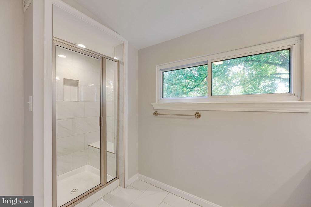 Upper level hall bath - 4006 SPRUELL DR, KENSINGTON