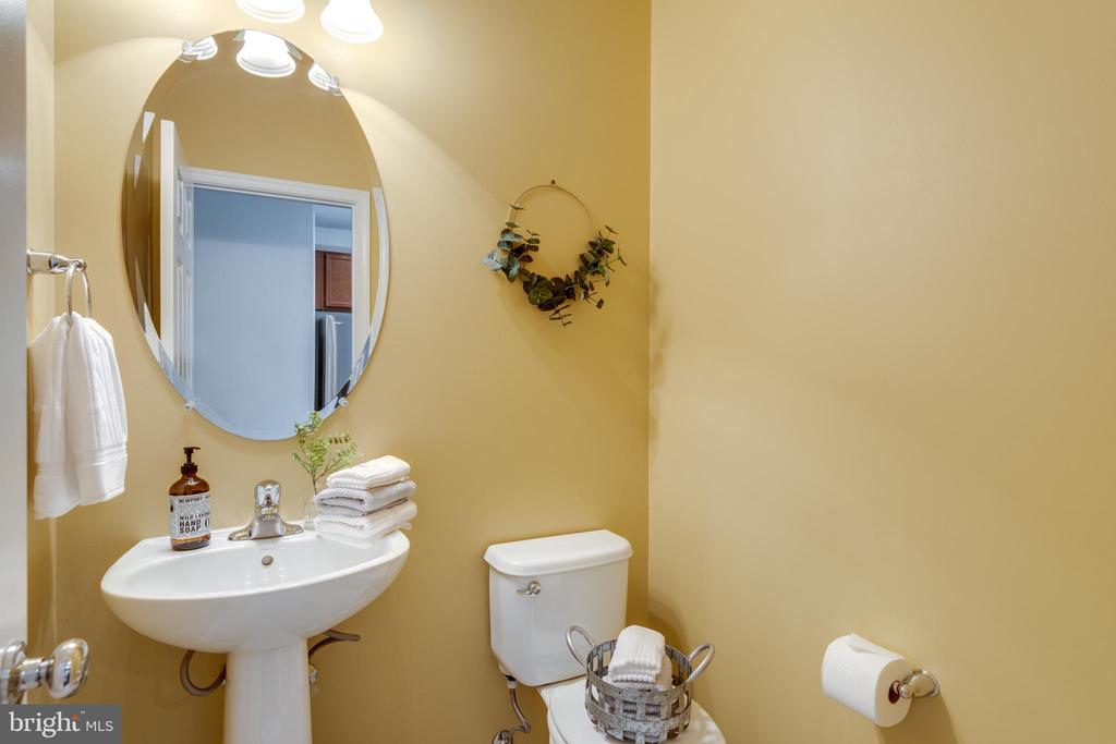 Main Level Powder Room w/Pedestal Sink - 42660 NEW DAWN TER, BRAMBLETON