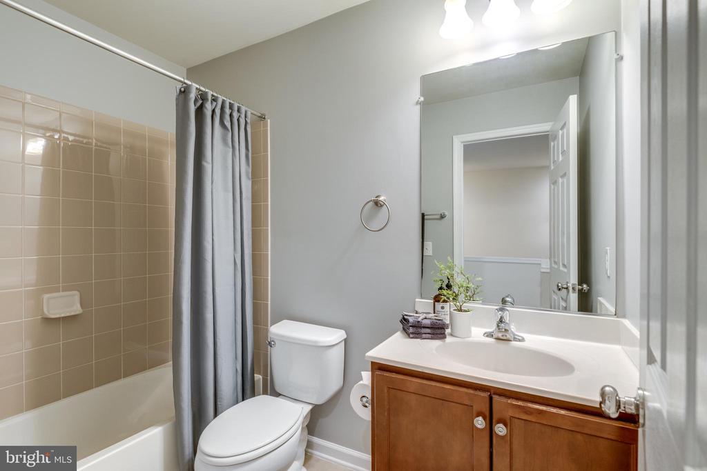 Hall Bath w/Tub and Shower - 42660 NEW DAWN TER, BRAMBLETON