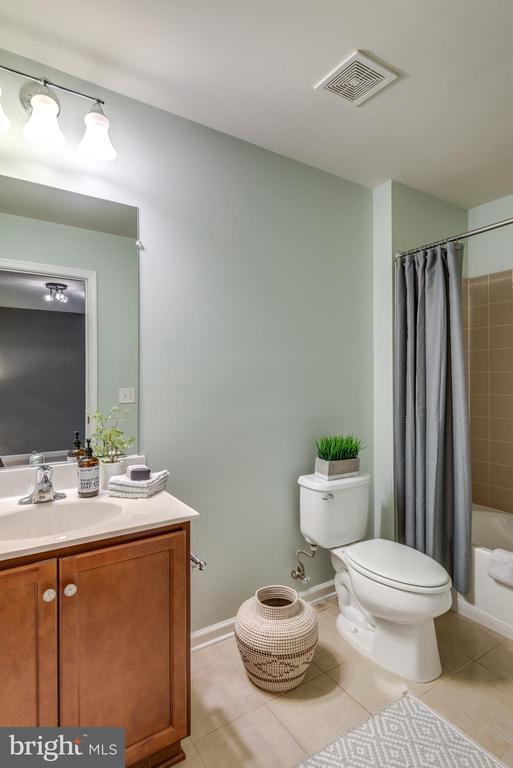 Lower Level Full Bath w/Sink Vanity - 42660 NEW DAWN TER, BRAMBLETON