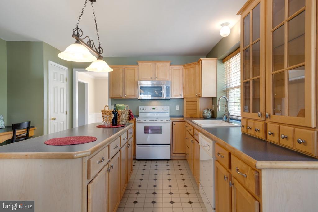 Sunny Open Kitchen w/ Island! - 513 EWELL CT, BERRYVILLE