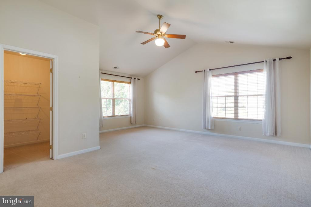Offers Vaulted Ceiling & Sitting Area! - 513 EWELL CT, BERRYVILLE