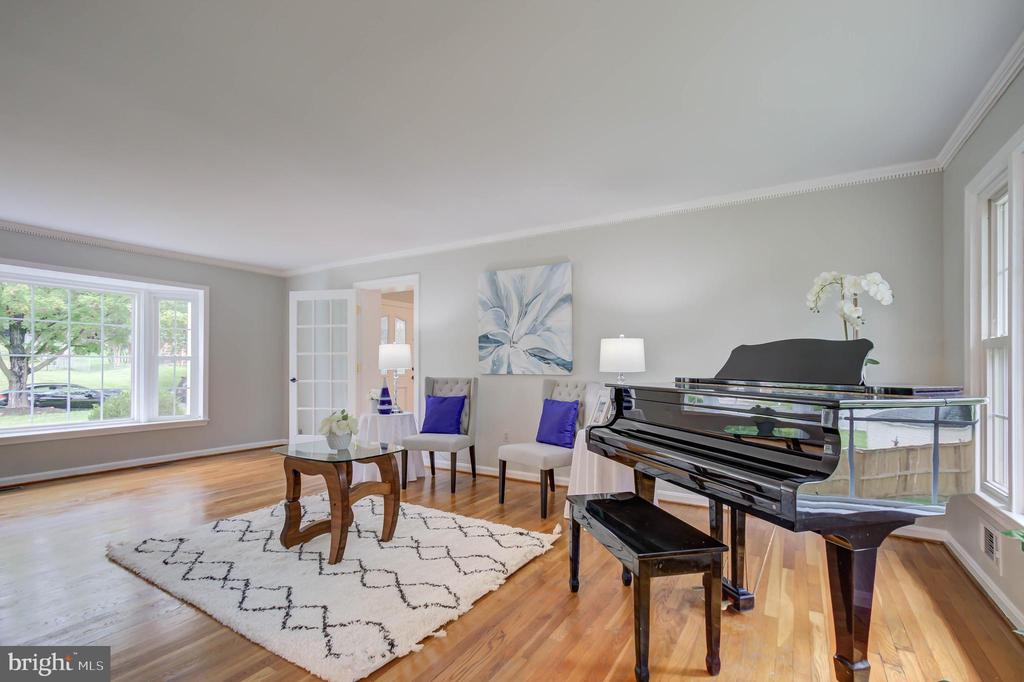 Large bay window in the living room - 13832 TURNMORE RD, SILVER SPRING