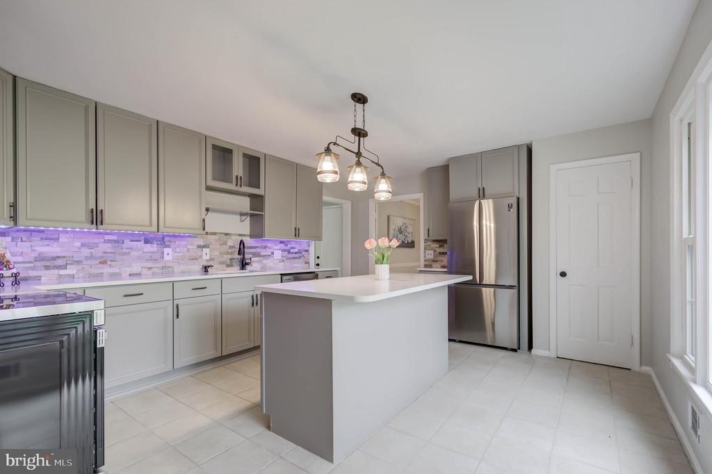 BRAND NEW STAINLESS STEEL APPLIANCES &LIGHTING - 13832 TURNMORE RD, SILVER SPRING
