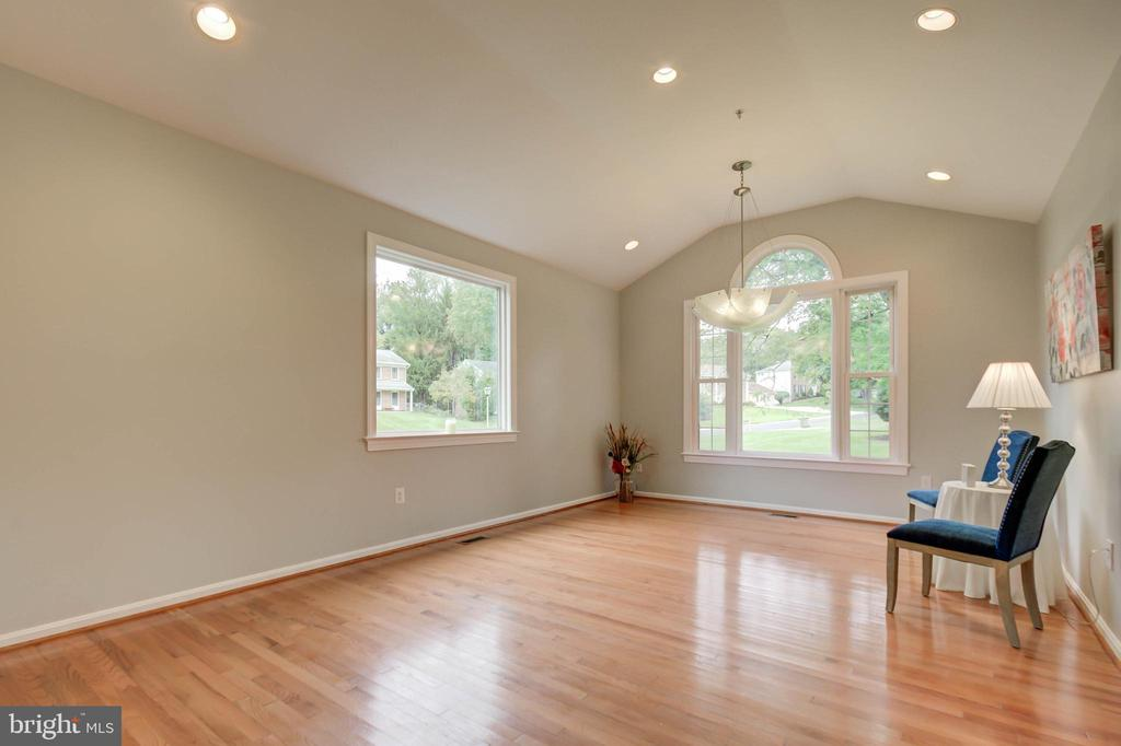Huge family room with high ceilings,new big window - 13832 TURNMORE RD, SILVER SPRING