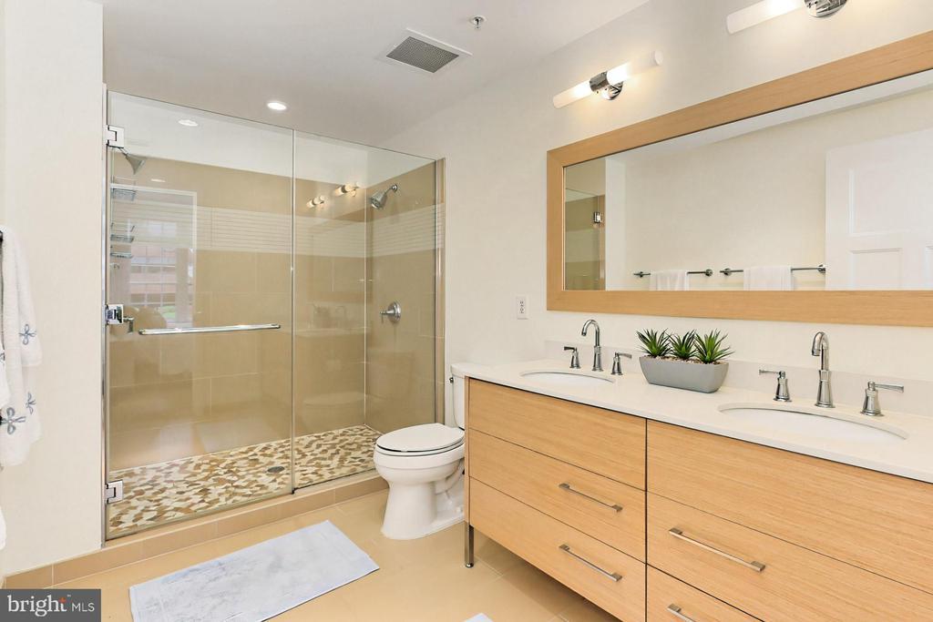 Full bath with double sinks - 1700 N CLARENDON BLVD #123, ARLINGTON