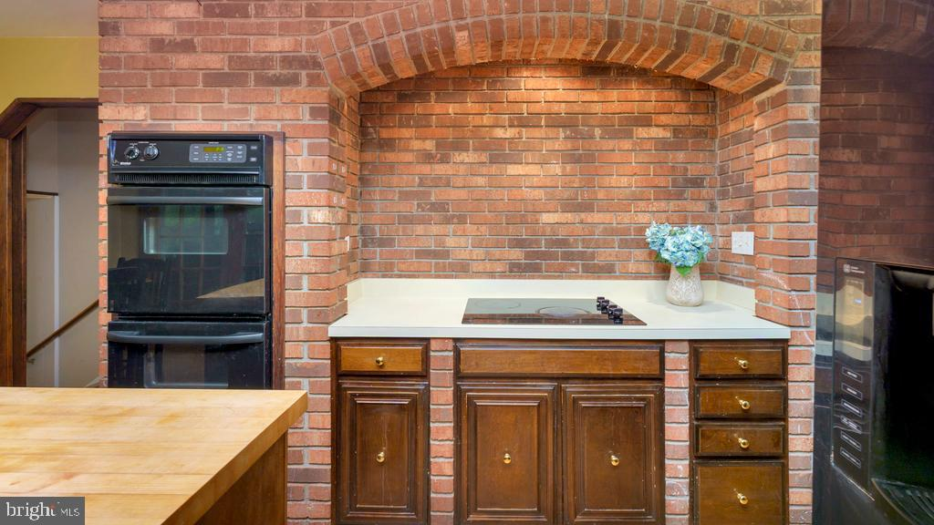 Brick Hearth Cooking Area  w/Wall Ovens & Cooktop - 2056 FARRAGUT DR, STAFFORD