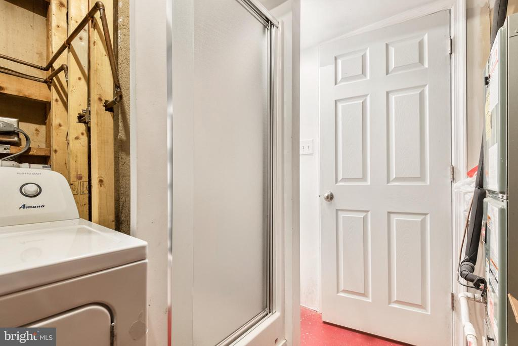 Shower is across the hall - 702 GILES PL, STERLING