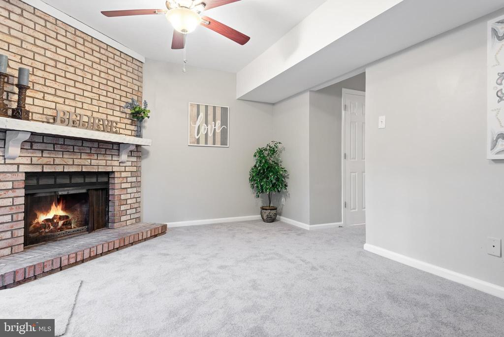 Family room or 3rd bedroom with fireplace - 702 GILES PL, STERLING
