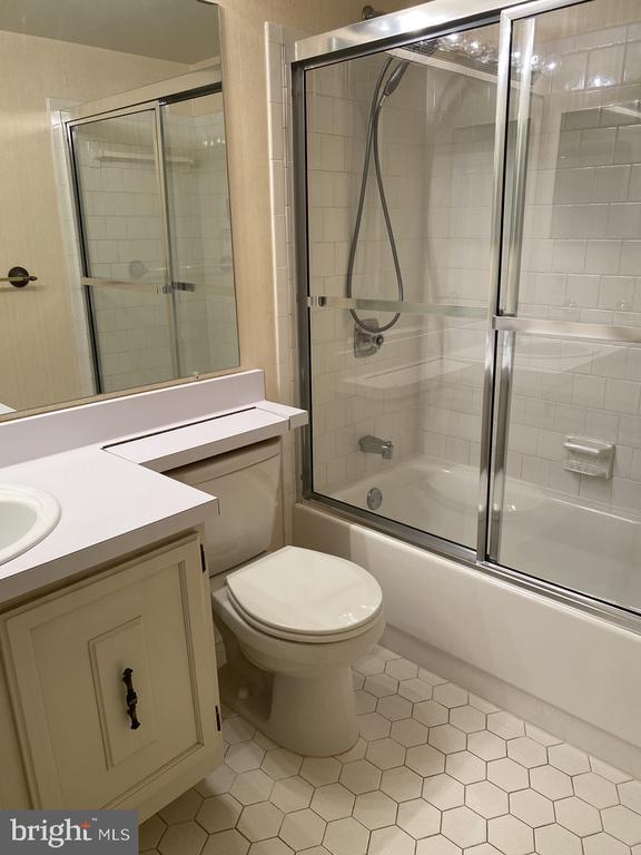 2nd Bath - 10216 BUSHMAN DR #211, OAKTON