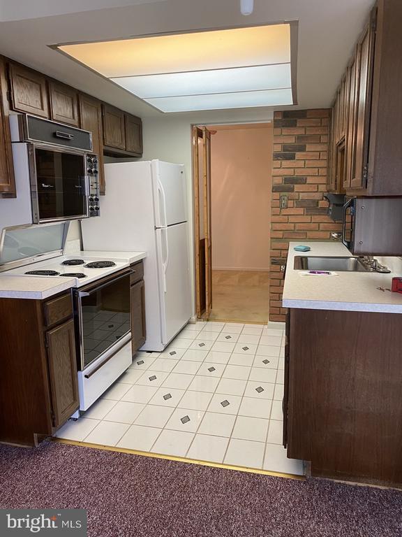 Kitchen - 10216 BUSHMAN DR #211, OAKTON
