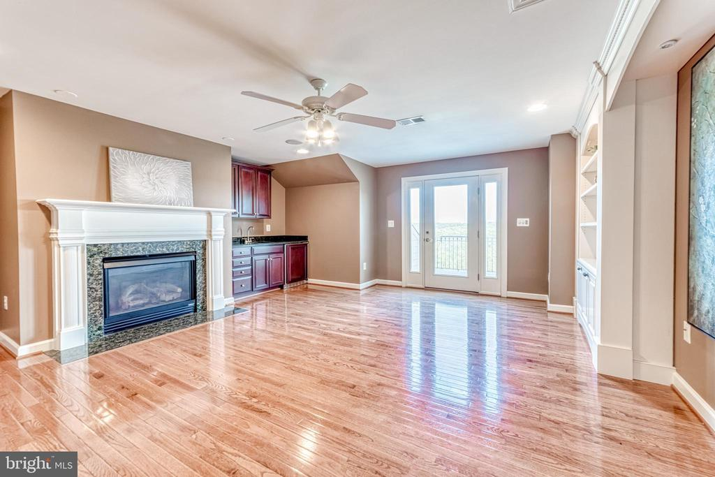 Upper level 2 hosts den with wet bar and fireplace - 18362 FAIRWAY OAKS SQ, LEESBURG