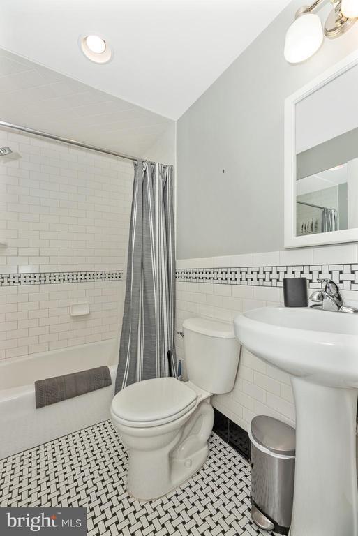 Full Bathroom - 24 S COURT, THRU 26 ST, FREDERICK