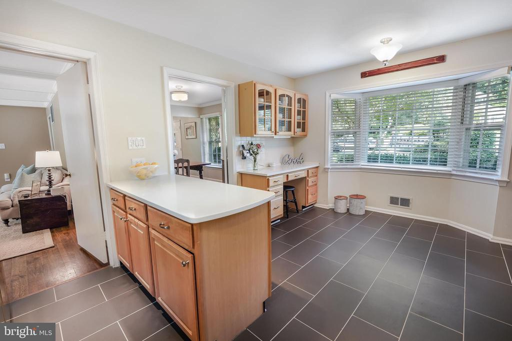 Extra prep space on the peninsula - 4711 BRIAR PATCH LN, FAIRFAX