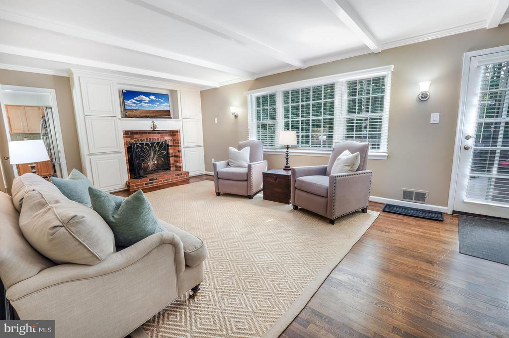 This family room has a cozy feel, egress to deck - 4711 BRIAR PATCH LN, FAIRFAX