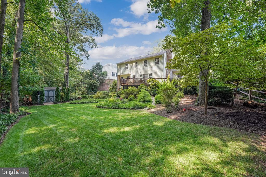 Open and flat yard with egress to trail behind - 4711 BRIAR PATCH LN, FAIRFAX